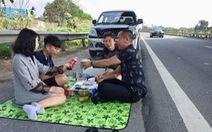 Xử lý tài xế dừng xe ăn uống bên đường cao tốc