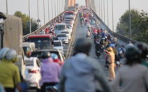 Dân miền Tây quay lại TP.HCM sớm, cầu Rạch Miễu quá tải