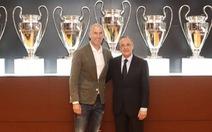 CĐV Real Madrid chào đón 'vua' Zidane, chúc Mourinho 'may mắn lần sau'