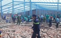 Cả trăm người đào bới tìm công nhân bị tường đổ vùi lấp
