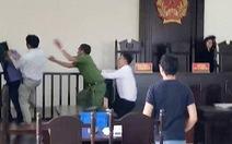Truy tố 3 người gây rối, đánh kiểm sát viên, phóng viên tại tòa