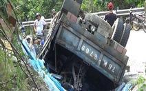 Xe tải lật xuống mương nước, 1 người chết, 3 tấn kính văng tung tóe