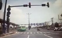 Né xe buýt vượt đèn đỏ, xe ben suýt gây tai nạn thảm khốc