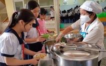 Hàng trăm học sinh nhiễm sán lợn: Ai giám sát bếp ăn trường học?
