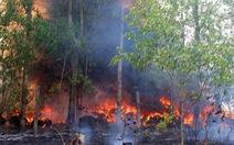 Bãi phế liệu tự phát cháy ngùn ngụt, uy hiếp nhà dân