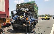 Húc đuôi xe container trên cao tốc, xe tải nát đầu, 2 người chết kẹt trong xe