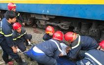 Kịch tính giải cứu người đàn ông mắc kẹt dưới gầm tàu hỏa