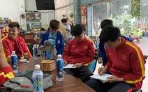 Các cầu thủ nhí futsal xin chữ ký thủ môn Bùi Tiến Dũng, Quang Hải
