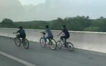 3 thiếu niên đạp xe lông nhông trên đường cao tốc TP.HCM - Long Thành - Dầu Giây