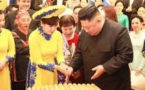 Ông Kim Jong Un nghe hát 'Hạ trắng', thử gảy đàn bầu và k'lôngput