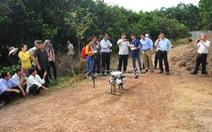 Người dân Bình Phước thích thú xem thiết bị bay phun thuốc, bón phân