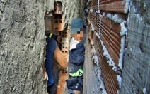 Cảnh sát cứu bé trai 7 tuổi kẹt giữa hai vách tường