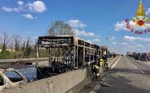 Nhân chứng vụ tài xế bắt cóc 51 học sinh, đốt xe: 'Thật kinh khủng'