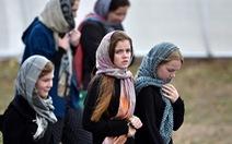 Phụ nữ New Zealand đội khăn trùm đầu tưởng niệm nạn nhân xả súng