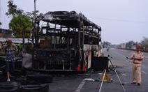 Xe giường nằm cháy trơ khung trên quốc lộ 1