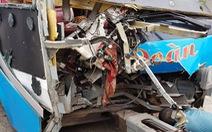 Xe khách mất lái tông trụ cầu vượt, 11 người bị thương