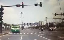 Phạt tài xế xe buýt vượt đèn đỏ suýt đâm vào xe ben 7,5 triệu đồng
