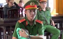Hạ sĩ cảnh sát 18 tuổi bồng con giúp bị cáo tại toà