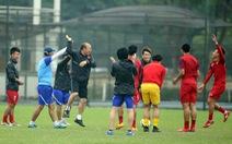 Thầy Park chơi bóng ma cùng học trò trước trận gặp U-23 Indonesia