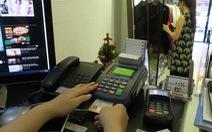 Rủ nhau xài thẻ để hưởng khuyến mãi của ngân hàng