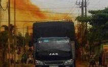 Dân tháo chạy vì xe tải chở axit rò rỉ bốc khói