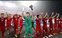 Tuyển thủ U23 Việt Nam chạy ra đường biên cảm ơn khán giả
