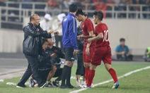 Video HLV Park Hang Seo đến bắt tay, ôm các cầu thủ U23 Việt Nam sau chiến thắng trước Thái Lan