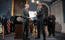 Chính trị gia New York cao 2,08m, phá kỷ lục Guinness