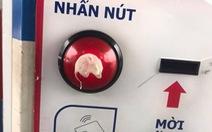 Khó tin nổi với trò bẩn: dán bã kẹo cao su vào nút bấm