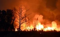 Đồng cỏ cháy rực trời đe dọa hàng chục hộ dân