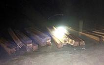 Thấy cảnh sát đường thủy, lâm tặc bỏ 50 phách gỗ lậu tẩu thoát