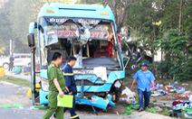 Xe khách lật nhào sau tông xe tải, khách đập cửa kính thoát thân