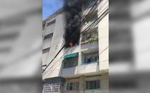 Căn hộ chung cư Sài Gòn bốc cháy giữa trưa