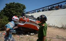 Vụ xe khách lao vực: tài xế đã chết, du khách Hàn Quốc đang cấp cứu