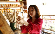 Khách vô nhiều quán Sài Gòn bất ngờ với ống hút tre, rau muống, cỏ bàng...