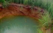 Xuất hiện hố sụt lớn sâu 5 mét giữa ruộng lúa