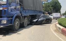 Ôtô 4 chỗ bị cuốn vào gầm xe tải, tài xế thoát chết
