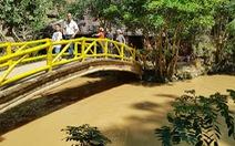 Hàng trăm khối bùn nạo vét hồ Xuân Hương tràn xuống, suối Prenn đục ngầu