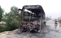 Xe khách bùng cháy giữa đường, 30 hành khách tháo chạy lúc rạng sáng