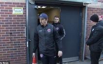 Cựu tuyển thủ Anh đấm HLV đối thủ 'gãy răng' sau khi thua trận