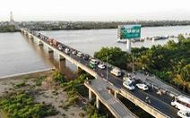 Xếp hàng dài dằng dặc chờ qua cầu Rạch Miễu chỉ vì một xe khách... chết máy