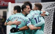 May mắn thắng 10 người Watford, Arsenal trở lại tốp 4