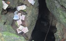 Hang động hoang sơ bị du khách ném đầy... tiền lẻ