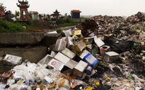 Rác thải giày da chất đống, bốc mùi giữa thị trấn Tiên Lãng