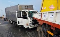 Xe tải húc đuôi xe cẩu, 2 tài xế tử vong