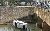 Ôtô lao xuống mương, cấp cứu 3 người trong xe
