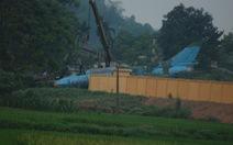 Máy bay tiêm kích bom SU 22 hạ cánh tông tường rào ở Yên Bái