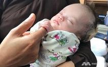 Em bé bị treo trên cây ở Việt Nam hồi phục kỳ diệu ở Bệnh viện Singapore