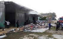 Xưởng than củi bốc cháy dữ dội lúc rạng sáng