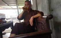 Trụ trì chùa Trung Hành phải sám hối vì dọa thả chó cắn phật tử và uống bia